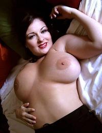 LornaMorgan-relaxingonthebed