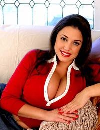 MiriamGonzalez-Huge36FFandaminiskirt