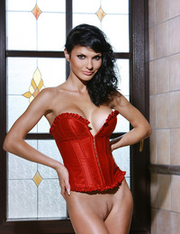 Jordan loves posing nude to flaunt her enviable body. - Jordan B - Lenceria
